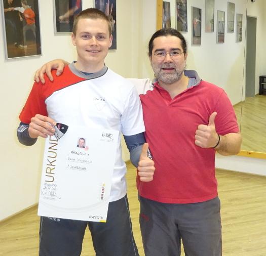 René Knipschild in seinem neuen T-Shirt für höhere Grade neben seinem Meister Hakan Aslan, 07. Februar 2020