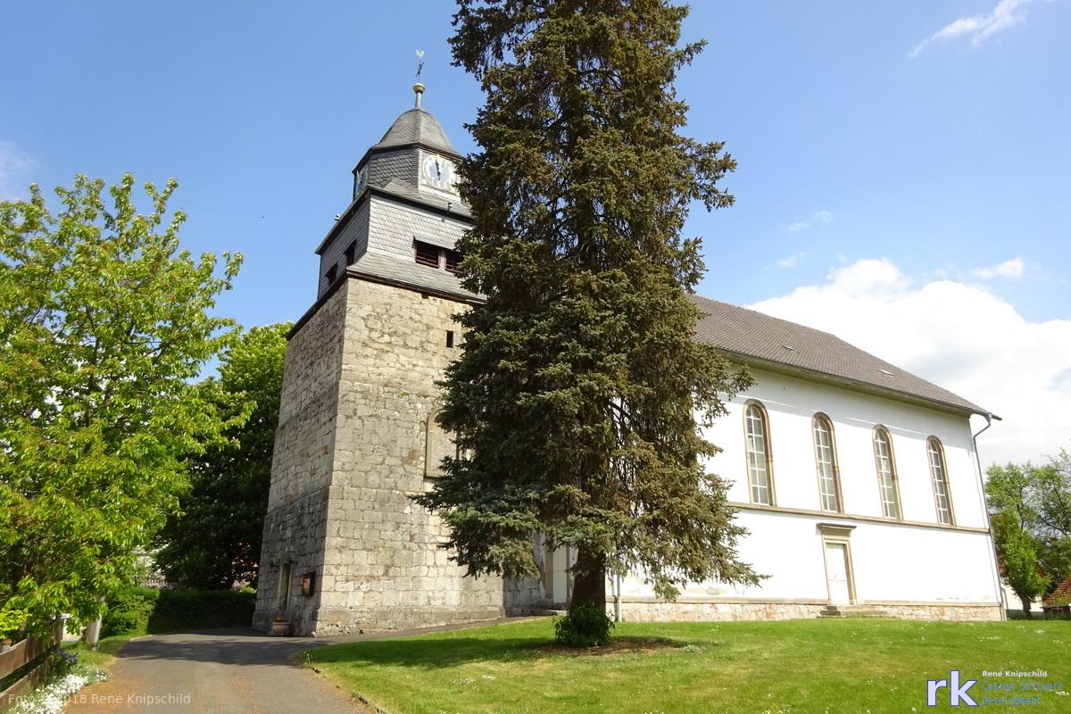 Kirche in Vöhl von außen